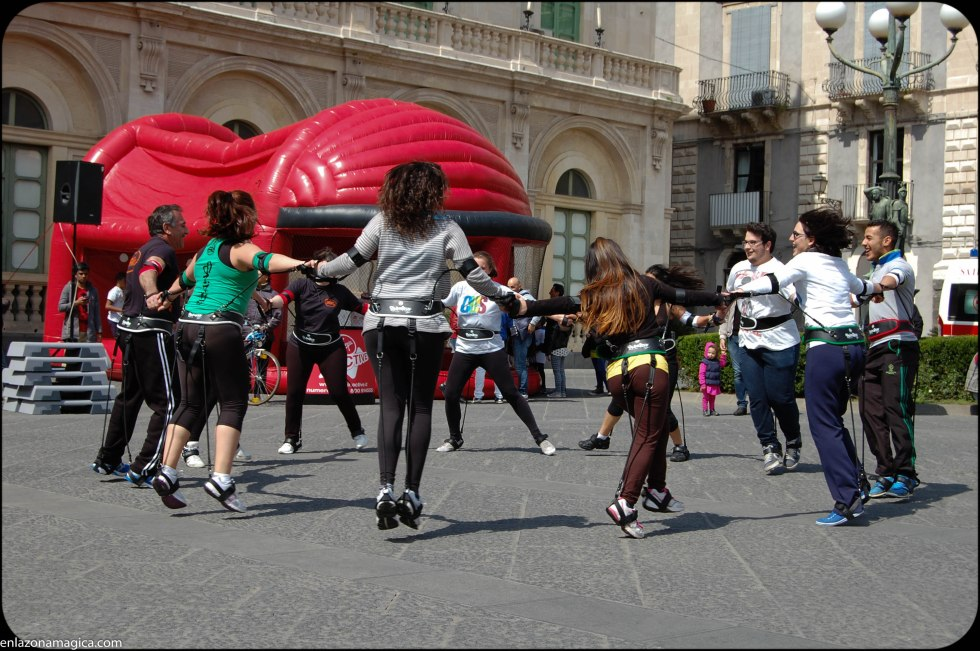 Grandes-niños jugando un domingo por la mañana en Catania