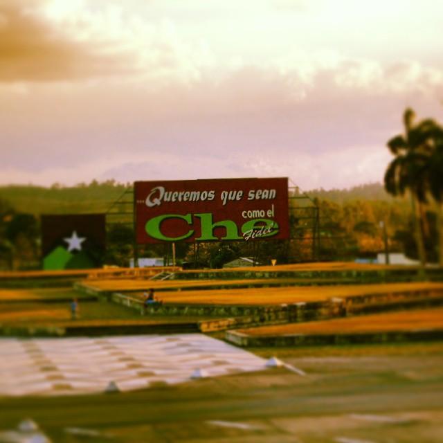 """Al entrar a las escuelas cada mañana, los niños cubanos recitan """"...pioneros por el comunismo, queremos ser como el Che..."""" Cartel propagandístico frente al Mausoleo del Comandante Ernesto """"Che"""" Guevara. SantaClara, Cuba."""