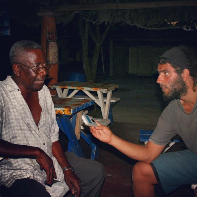 Entrevista a Margarito Colón, referente de la comunidad Garífuna el Honduras. Años de lucha por los derechos de este grupo étnico que nace en el siglo XVII como consecuencia del naufragio de un barco con esclavos africanos en el mar Caribe. De su mestizaje con los arahuacos y los caribes nacen los Garinagu.