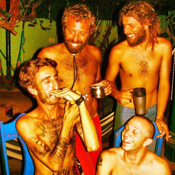 un grupo de viajeros psicodélico