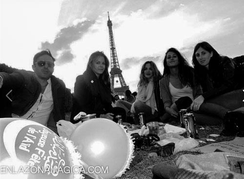 Recibí a los 30 con un picnic con amigos en la Torre Eiffel